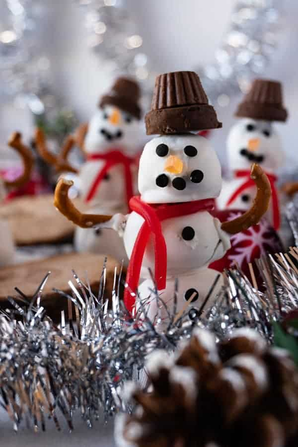 A festive Snowman Dessert Truffle that is delicious and cute! #atablefullofjoy #snowman #snowmen #christmas #christmasdessert #holiday